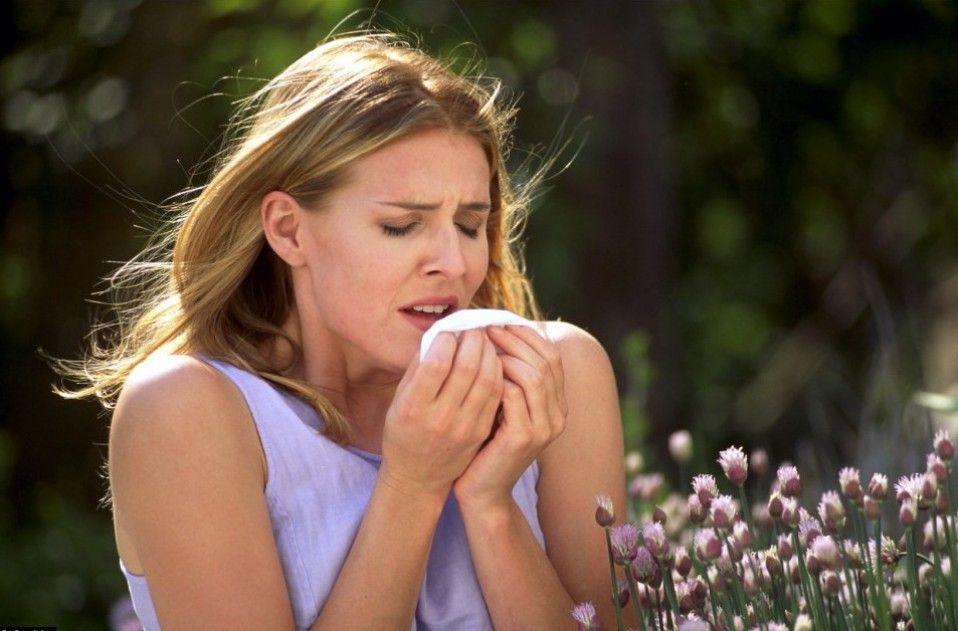 Аллергенный ринит усиливается весной во время цветения растений.