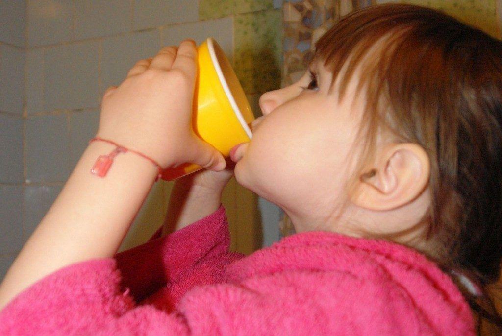 Дети 3-4 лет уже могут полоскать горло Фурацилином