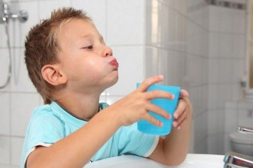 Дети могут полоскать горло хлоргекседином только под присмотром взрослого и с разрешения врача