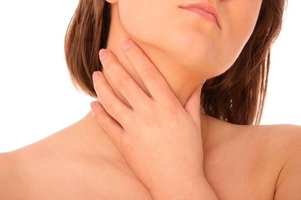 Это заболевание проявляется выраженной болью в горле, недомоганием, ознобом, головными болями и увеличением регионарных лимфатических узлов