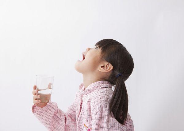 Научите ребенка правильно полоскать горло