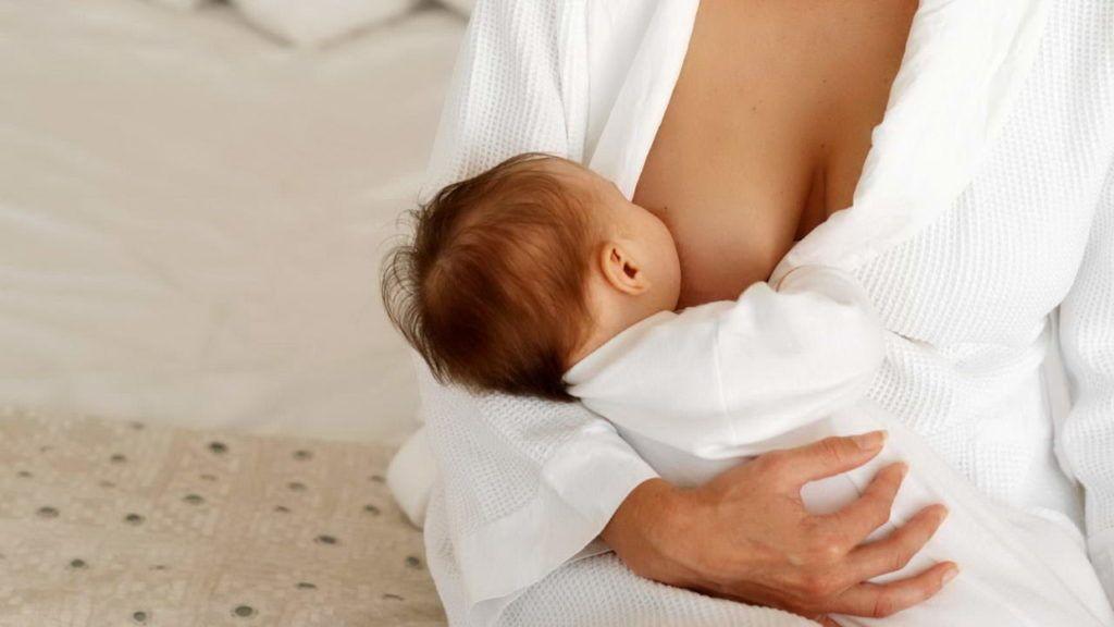 Опасность любой инфекции, которая поражает кормящую маму – возможность заражения малыша