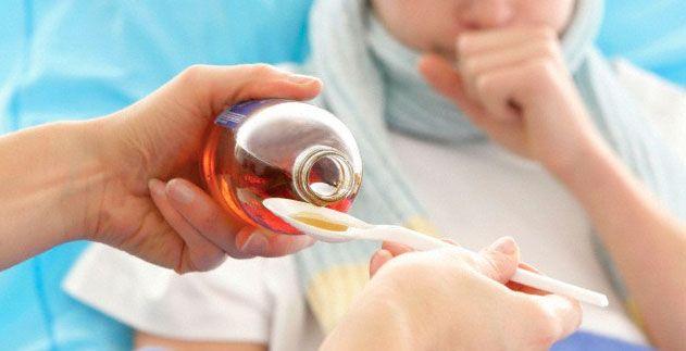 Антибиотики при болях в горле используются в виде инъекций, суспензий и спреев
