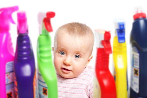Будьте осторожны! Большая часть бытовых отравлений химическими веществами у детей происходит из-за невнимательности родителей