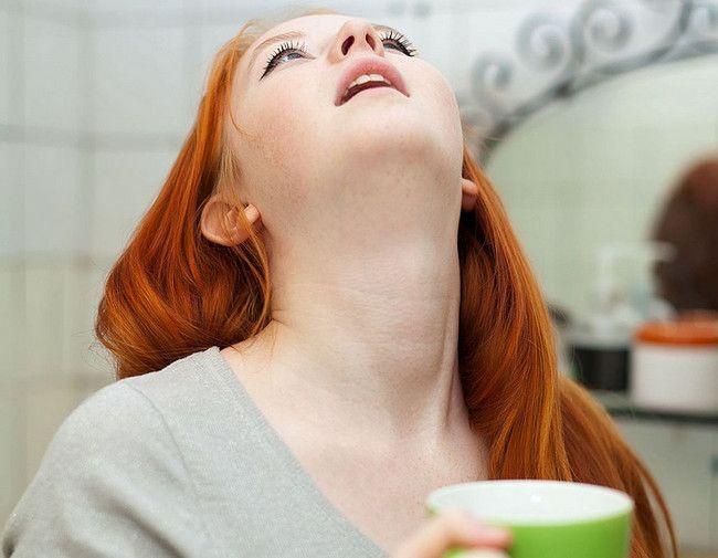 Частое полоскание горла способствует устранению гнойных комочков