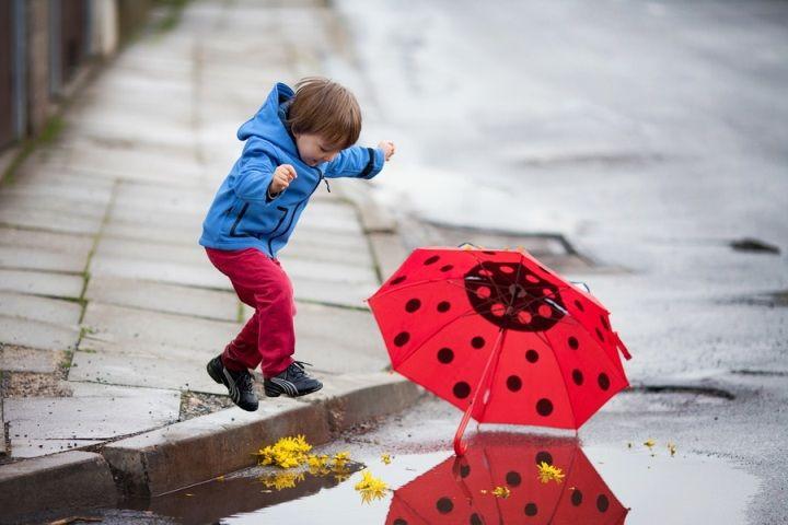 Дети болеют лакунарной ангиной в осенне-зимний период в связи с неустойчивой, холодной и сырой погодой и частыми общими или местными переохлаждениями