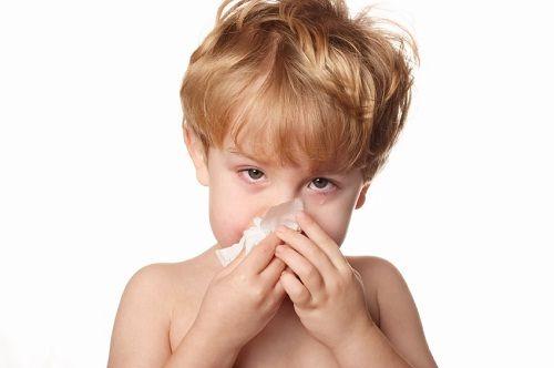Если вашего ребенка часто беспокоит насморк, возможно, это первая причина аденоидов