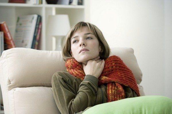 Хронический фарингит гранулезный проявляется чувством кома в горле, постоянным стеканием слизи по задней стенке глотки и затруднением глотания
