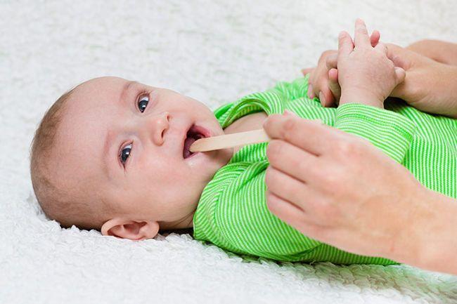 Капризный ребенок – повод осмотреть ему горлышко
