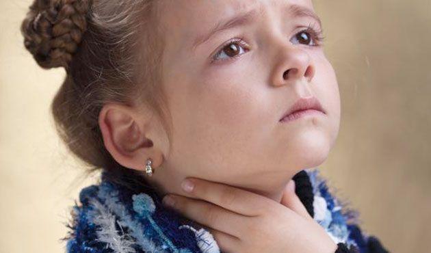 Лакунарная ангина характеризуется интенсивной болью в горле в покое, которая многократно усиливается при глотании и дети часто отказываются от еды и питья