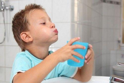 Мирамистин в горло ребенку назначают в виде полосканий или орошений