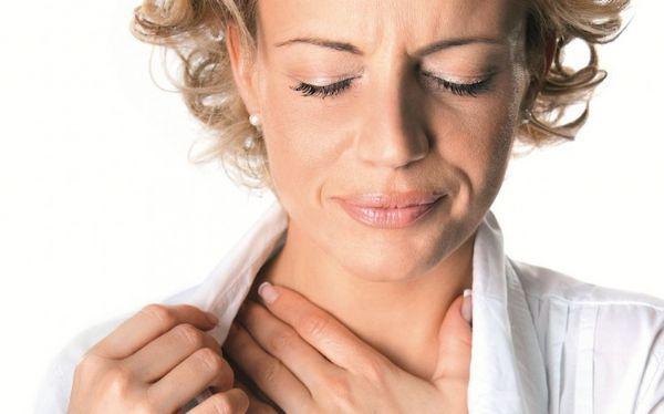 На фоне першения в горле может появиться мучительный сухой кашель, который будет приносить дополнительный дискомфорт