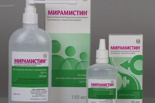 На фото – Мирамистин, являющийся популярным антисептическим препаратом для полоскания горла