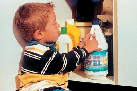 Не оставляйте без присмотра химикаты в вашем доме