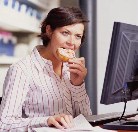 Неправильное питание приводит к появлению отрыжки и ощущению кома в горле