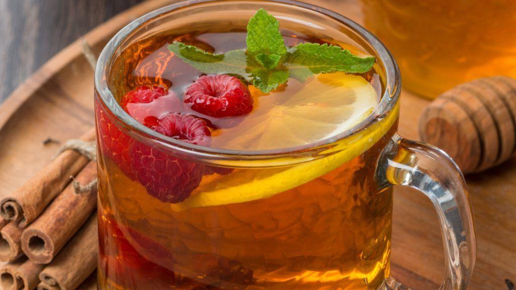 Обильное теплое питье не только смягчит горло, но и поможет победить болезнь