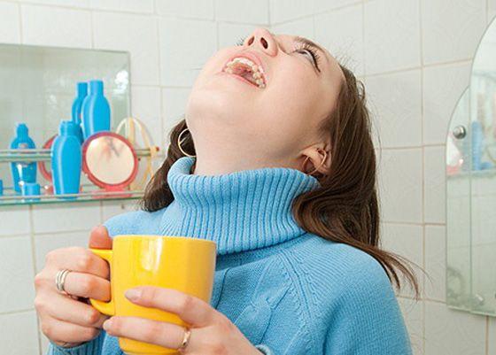 Полоскания незаменимы при лечении тонзиллита в домашних условиях