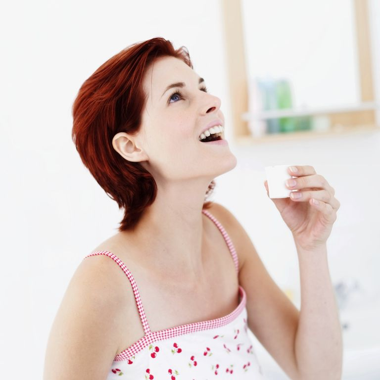 Полоскать горло хлоргексидином при беременности нужно с осторожностью – не допуская проглатывания и не увеличивая концентрацию раствора