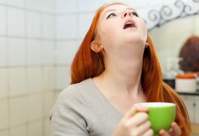 Правильно выполненное полоскание горло очистит дыхательные пути от инфекции и скопившейся слизи