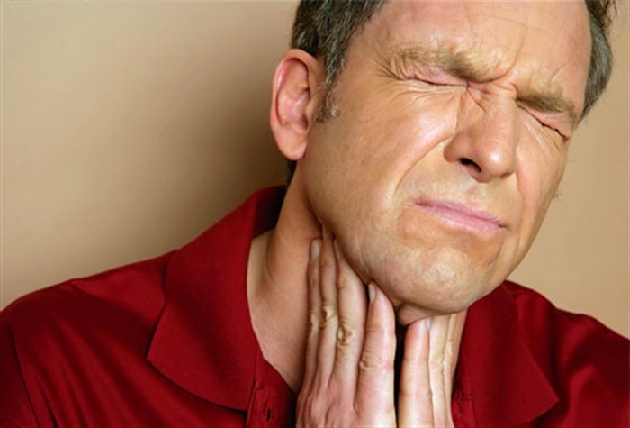 При появлении хронической боли в горле, осиплости голоса и появления подкожных наростов и выпячивания необходимо срочно обратиться к специалисту: цена промедления в данной ситуации - жизнь