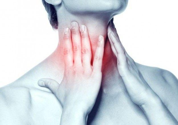 Сильная боль в горле может свидетельствовать о наличии ларингита, ангины, фарингита