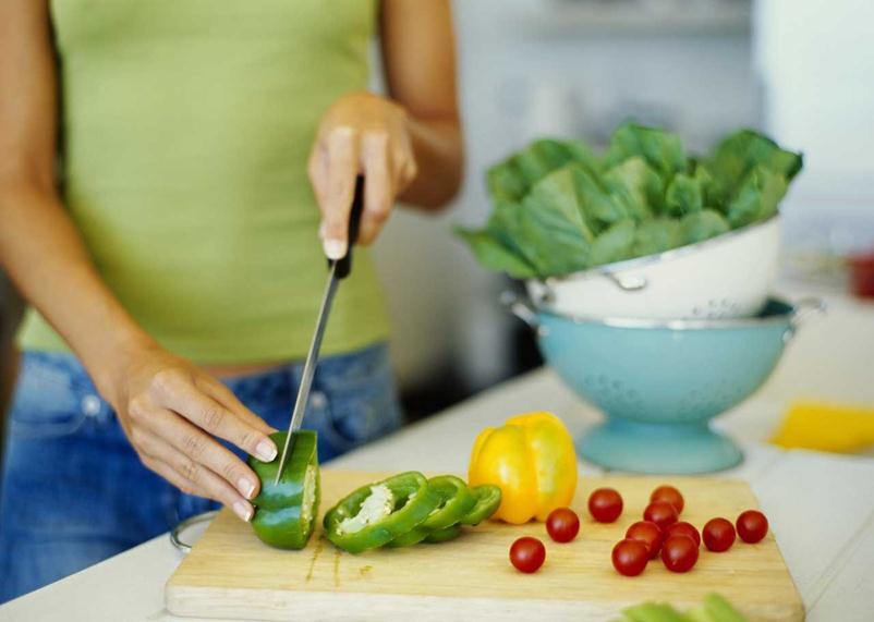 Свежие овощи и фрукты должны лежать в основе рациона при фарингите и ларингите