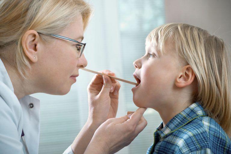 В горле золотистый стафилококк вызывает активное воспаление структур глотки (слизистой задней стенки, небных дужек и ее лимфоидных структур) в виде фарингита или ларингофарингита, а также миндалин - катаральный и гнойный тонзиллит у взрослых и детей