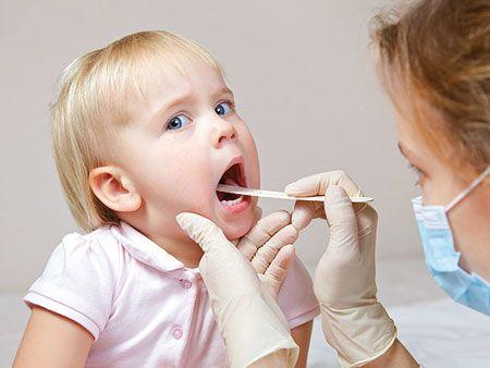 Внимательный осмотр горла малыша и правильная расшифровка данных имеют большую диагностическую ценность.