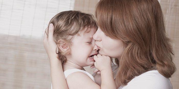 Возьмите малыша за руки и попытайтесь дышать вместе с ним.