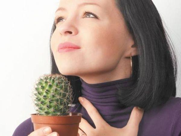 Заболевание характеризуется постоянным зудом, першением, выраженной сухостью и дискомфортом в горле с постоянной потребностью в откашливании