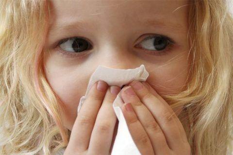 Затяжной насморк - один из постоянных симптомов патологии