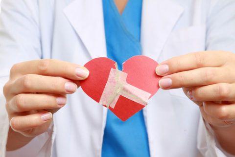 Ангина может оказывать осложнения не только на сердце, но и на почки, сосуды и суставы