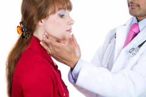 Боль в горле может быть признаком как вирусного, так и бактериального фарингита