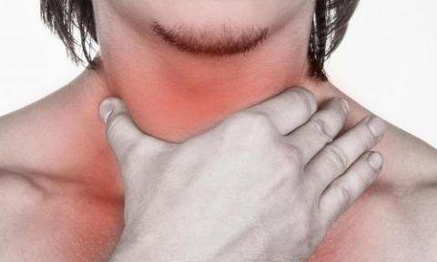 Болезни горла часто сопровождаются появлением гнойничков на миндалинах.