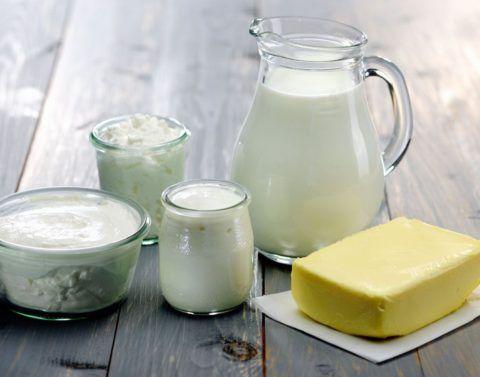 Для смягчения воспаленного горла используется молоко и сливочное масло