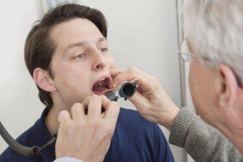 Когда возникает воспаление язычка в горле, врач осматривает его с помощью специальных приборов