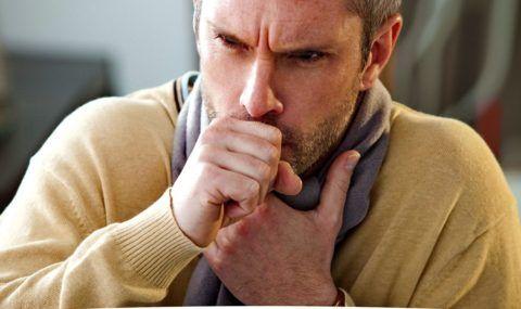 мужчина кашляет и держится за горло