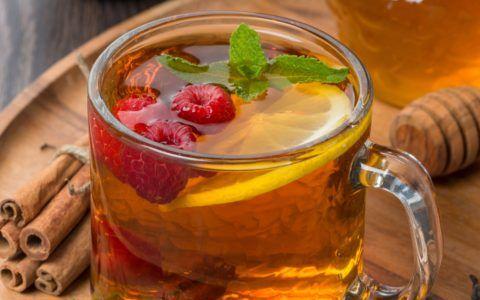 Обильное питье помогает уменьшить першение в горле