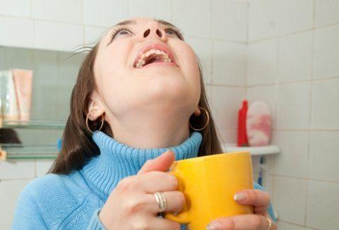 Полоскания горла весьма эффективно действуют при скоплении слизи в горле