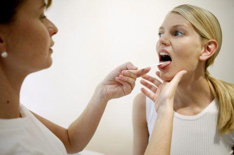 При избыточном скоплении слизи в горле следует обратиться за консультацией к отоларингологу