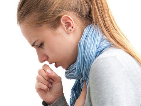 Раздражающий кашель и стойкий дискомфорт в горле часто возникают при скоплении вязкой слизи в горле