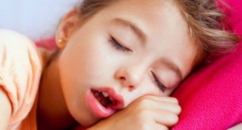 Симптомы нарушения носового дыхания у ребенка должны насторожить родителей, особенно заметны проблемы в ночное время