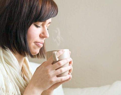 Теплое питье помогает снять болевые ощущения при глотании.