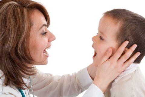 Аденоиды у ребенка – это чрезмерное разрастание носоглоточной миндалины, расположенной высоко на задней стенке глотки, определить которое сможет только ЛОР - врач