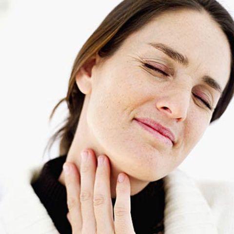 Вызывает отек миндалин и боль в горле, и требует дополнительных методов диагностики, дабы дифференцировать ее от других форм ангины