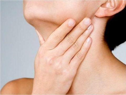 Боль в горле при воспалениях гортани является одним из самых неприятных симптомов