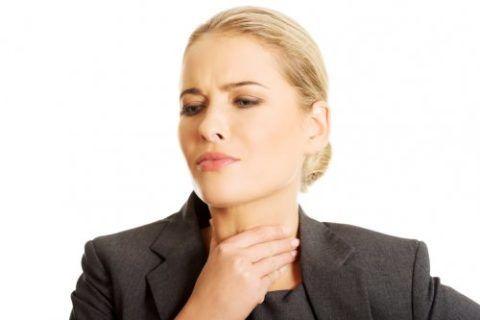 Болезненные ощущения в горле и сопровождающий их кашель причиняют массу дискомфортных ощущений больному