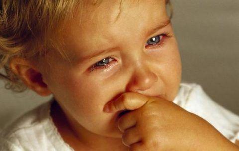 Если после рыбного блюда ребенок стал капризным и раздражительным, нужно срочно решать, что делать, если в горле застряла кость, единственное решение – вызов скорой помощи