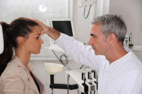 Иногда слизь белая в горле в обильном количестве появляется по причине аномалии анатомического строения перегородки носа.