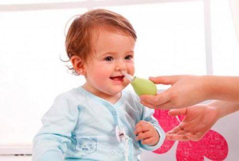 Как лечить насморк у детей при аденоидах, зависит не только от формы и степени заболевания, но и возрастных особенностей.